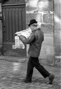 Zeitungsleser (Quelle: T. Voekler via Wikimedia Commons)